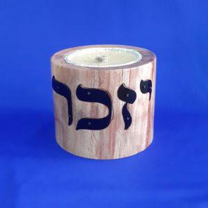 Свечную тарелку запомнят на основе сосны и металлических букв
