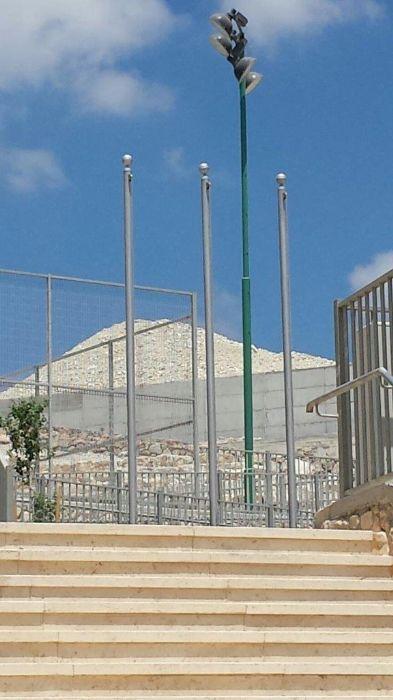 Instalación de un asta de bandera de acero uniforme de 15 pies en la Escuela Primaria Rabin en Yokneam