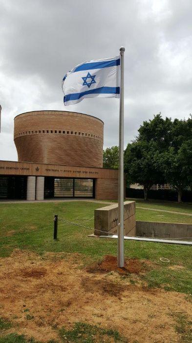 Instalación de un mástil de aluminio connie de 15 pies de altura en el jardín conmemorativo de la Universidad de Tel Aviv