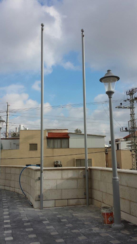 Instalación de 2 subversivos de acero uniformes 3 asados de 20 pies de altura mediante la fijación a una pared en un hogar de ancianos en Bnei Brak