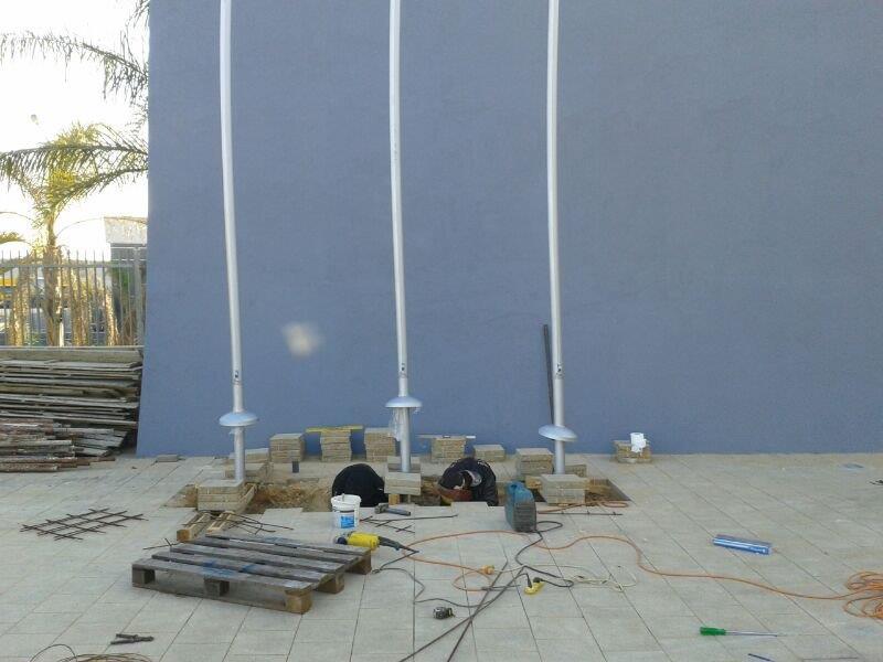 Instalación de un mástil de acero uniforme de 5 metros de altura en la unidad Yoav de la policía de Israel en Beersheba.
