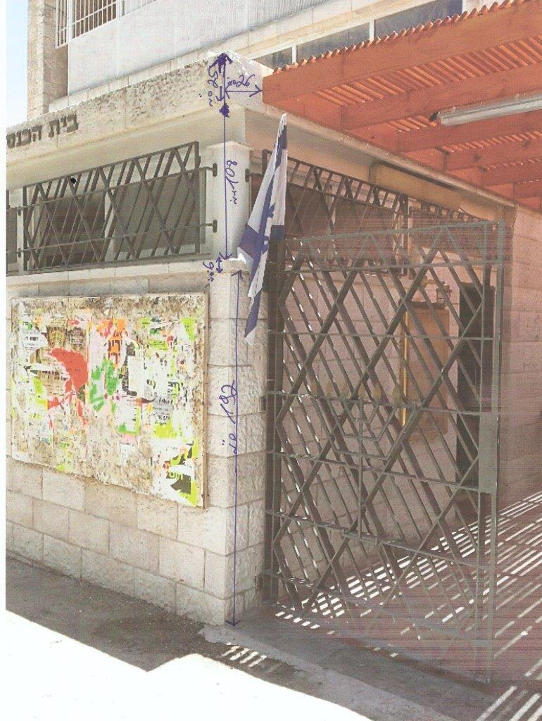 Instalación de un mástil de acero de 20 pies de altura mediante la fijación a un muro en una sinagoga de Jerusalén, incluyendo una bandera nacional de 160 x 220 cm