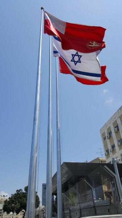 Instalación de un mástil de acero Connie de 50 pies de altura en Kaplan Gate en Kirya con una bandera de 10 por 15 pies