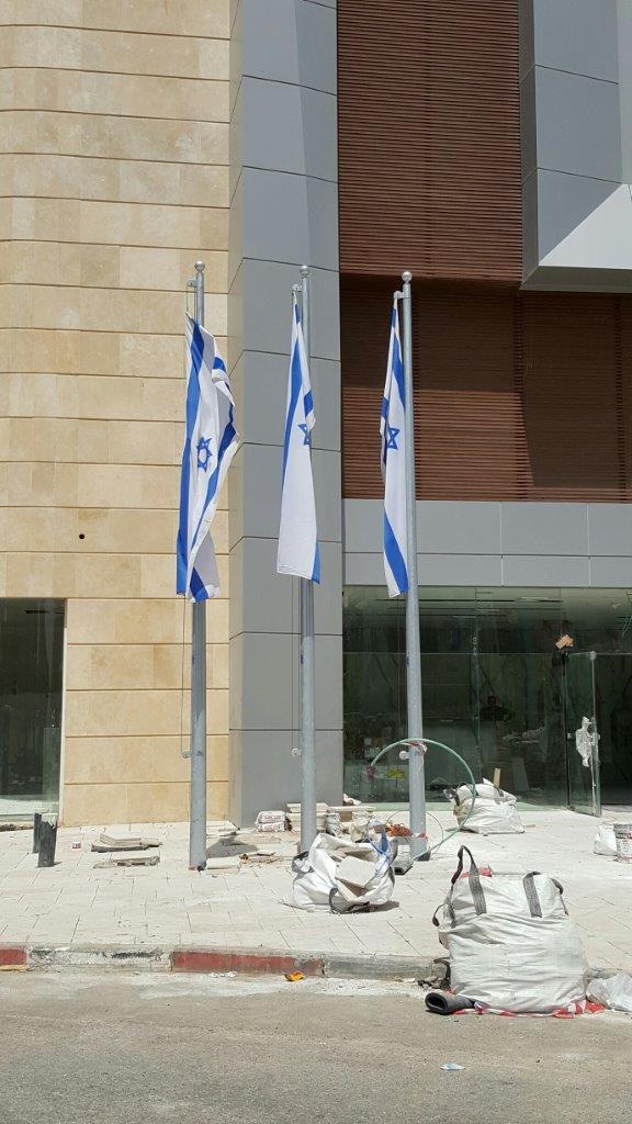 Installing a 20-foot-tall Connie steel mast at the Ramada Hadera Hotel תורן