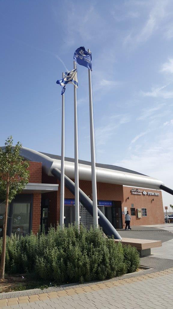 Instalación de un mástil de aluminio connie de 8 metros en la estación de tren de Ofakim