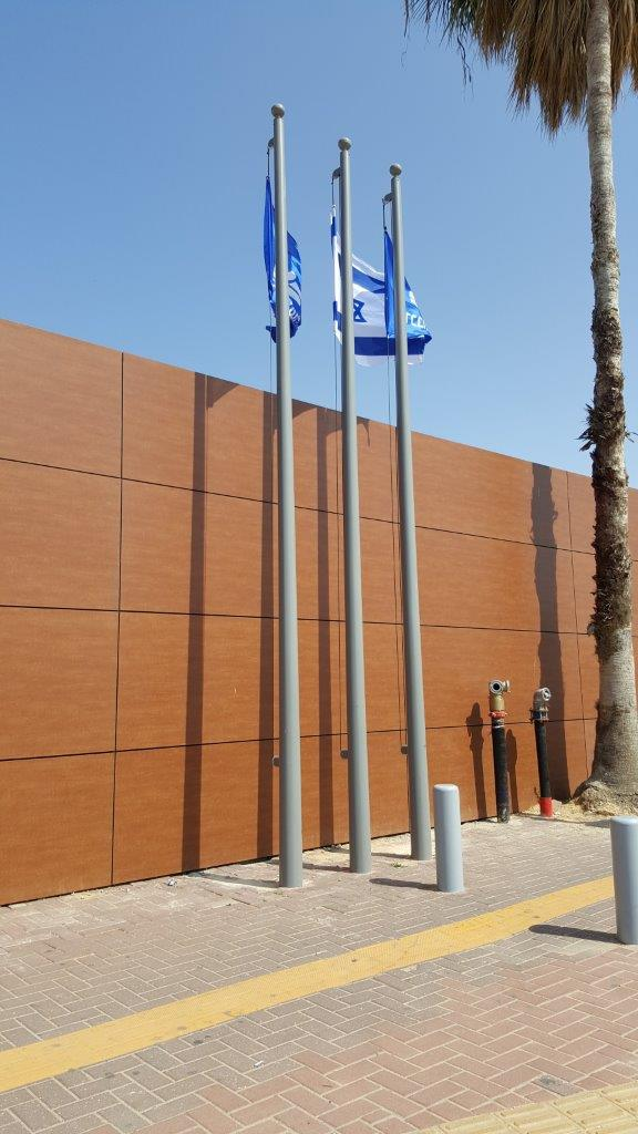 Installation of a 20-foot-high Connie steel mast painted in Rahl 9007 at netanya railway station תורן