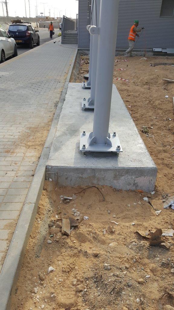 Instalación de un mástil de acero connie de 8 metros de altura en pintura 9006 en Aalbad en Dimona distancia entre centros 160 s