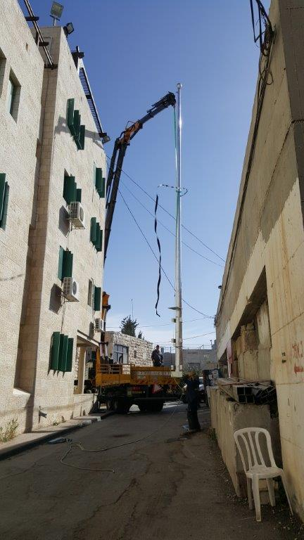 Instalación de un asta de bandera de acero kony de 13 metros en el techo de Beit Menachem en el asentamiento judío de Hebrón con una bandera de 4,2 por 6 metros