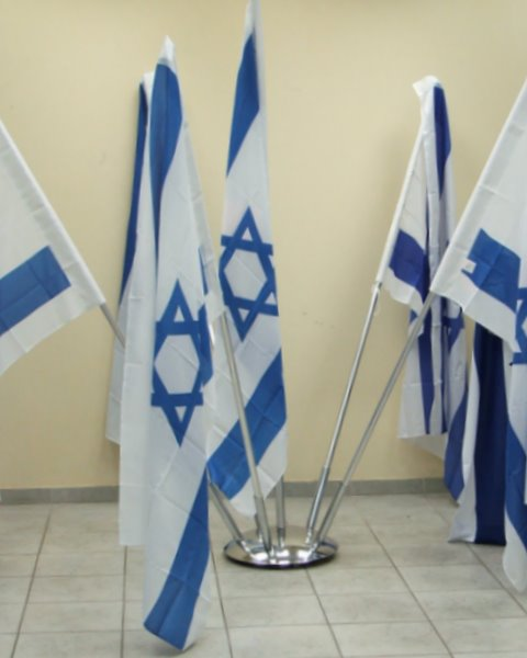 מעמד רצפתי לדגל הניתן להתאים את מספר הקנים לדגלים