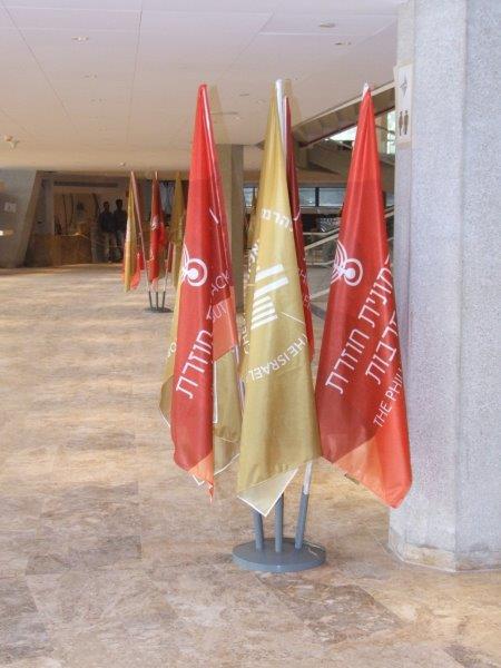 מעמד רצפתי לדגל הניתן להתאים את מספר הקנים