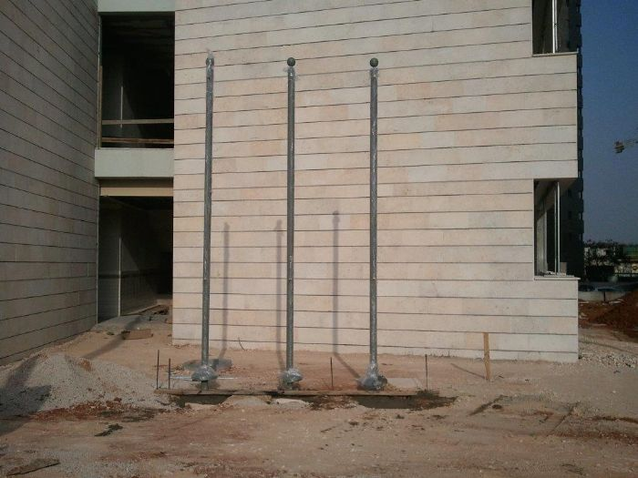 Installation of 3 uniform steel masts at the Golda Meir-Hod Hasharon School