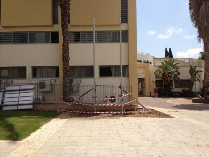 Instalación de un mástil de acero uniforme 3 asados 5 metros de altura en el centro de la mayor parte de Hof HaCarmel
