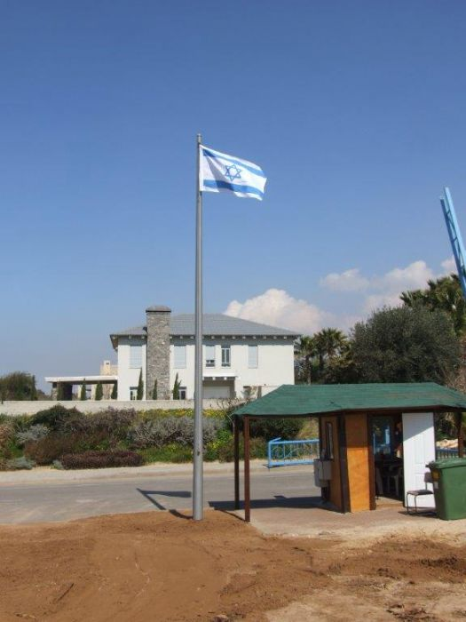 Installing תורן steel flagpole at the entrance to the infinity