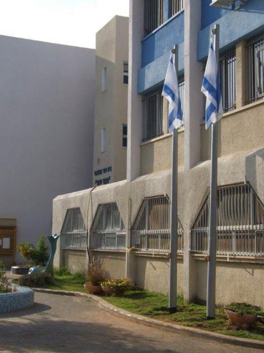 Instalación de subversivos de acero connie en una escuela Naomi Shemer en Netanya