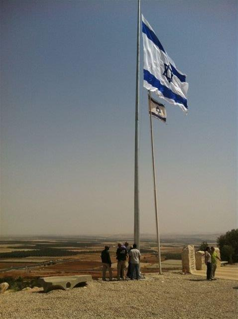 Installing a 60-foot-tall steel mast with a 5-by-7-meter national flag at the Rift Valley Memorial תורן