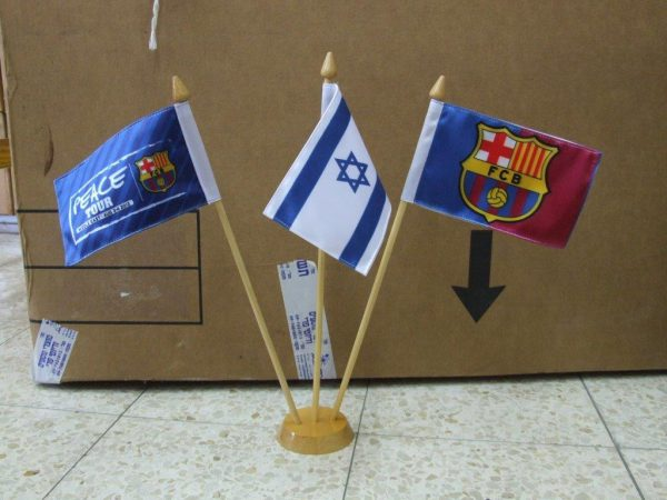 הדפסת דגלים לביקור של קבוצת הכדורגל של ברצלונה בישראל