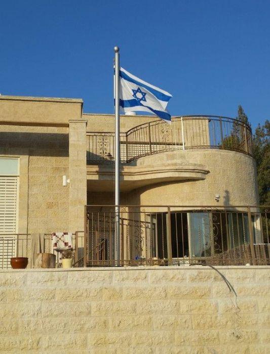 La instalación de un mástil de acero macizo de 3 diámetros asa una instalación de altura de 4,5 metros utilizando una placa base en una casa privada en Beit Zeit.