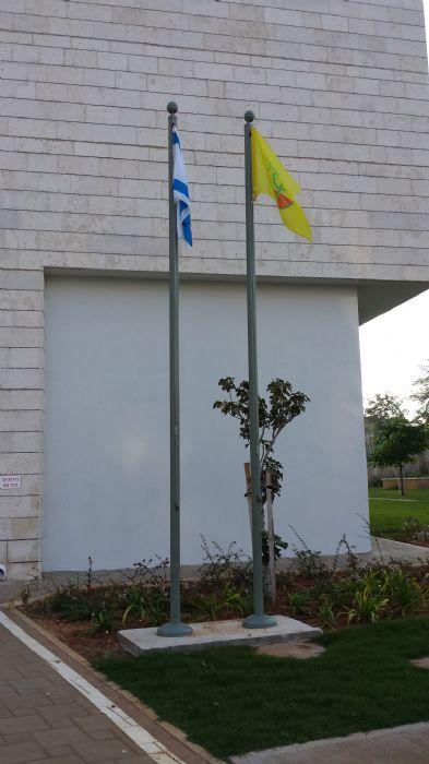 Instalación de 3 subversivos de acero uniforme 5 metros de alta instalación en una escuela primaria en Hod Hasharon
