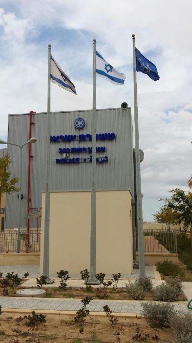 Instalación de un asta bandera de acero Connie de 25 pies de altura en una comisaría de policía en Ramat Negev