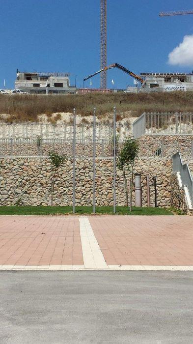Instalación de un asta de bandera de acero uniforme de 15 pies en la Puerta de la Escuela Ravine en Yokneam