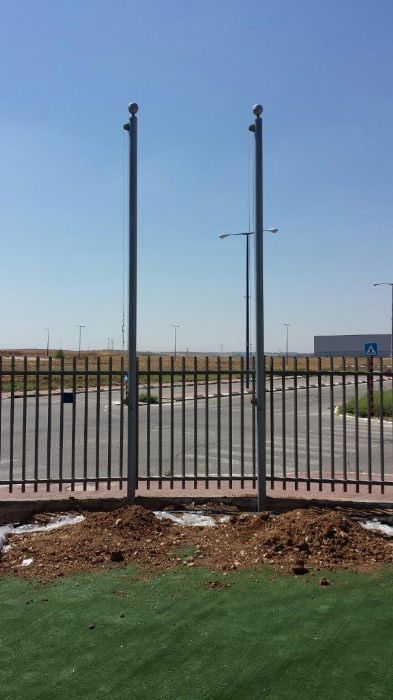Instalación de un mástil de acero uniforme 3 asados 5 metros de altura en la estratisis de la empresa en Krayth