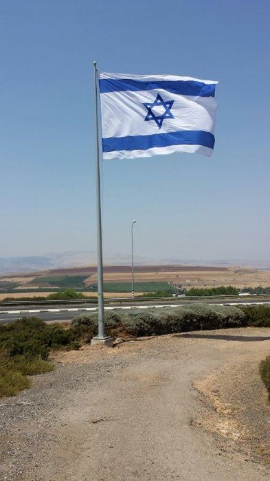Installation תורן 4.5-meter-high Connie steel mast at the entrance to Tiberias with a 4.5-by-5 meter national flag sewn from ramm fabric with D rings