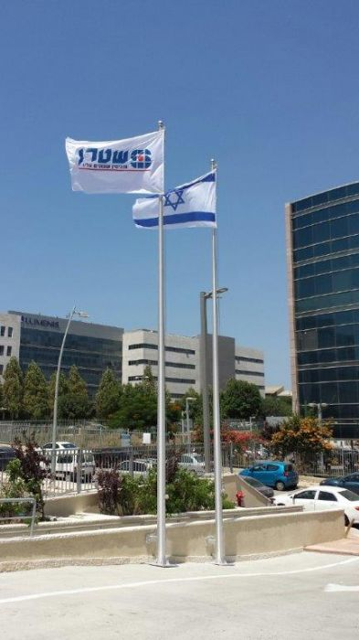 Install תורן 30-foot-tall cone aluminum mast using a hugger and a welded base palet on a incline