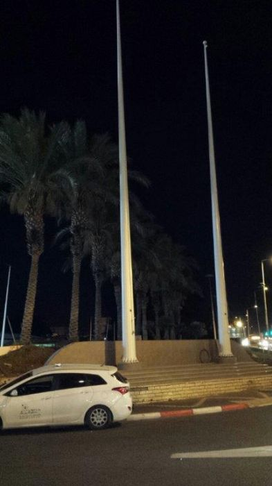 Instalación de 6 elevadores de bandera de acero Kony de 6 pies de altura con banderas de 6,3 * 5 metros en la entrada norte y sur de Nahariya
