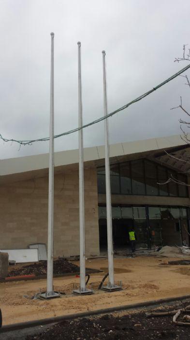 Установка 8-метрового алюминиевого флагштока на железнодорожной станции в Кфар-Ехошихе