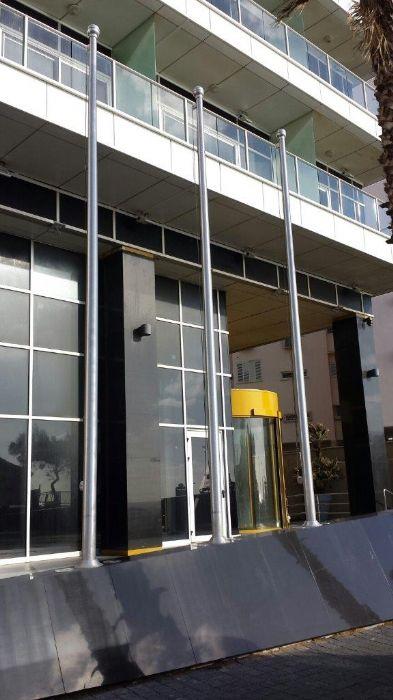 Instalación de connie alligums de aluminio de 15 pies de altura en el Hotel Meditre en Netanya