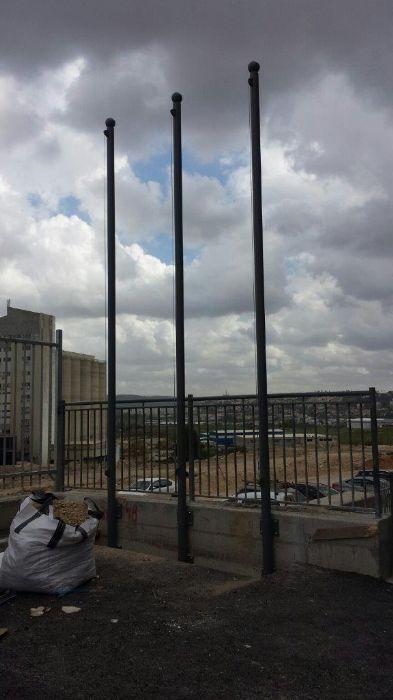 תורן mast 3 meters high roast, painted in rahl color 7005 installation with huggers in the company of twice A.T. Har Tob