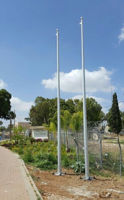 Installing תורן 23-foot-tall Connie steel mast at the entrance to the home front command base