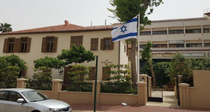 Установка 20-футового стального флагштока Конни в Бейт-Шаббате в Кфар-Саба со креплением стены и флагом 160х220 см
