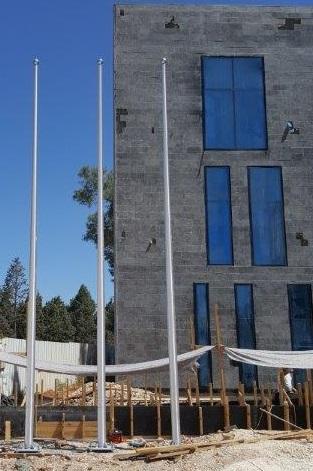 Instalación de un mástil de aluminio connie de 8 metros de altura en una fábrica en Ramla – una distancia entre centros de 145 cm, Rosetta.