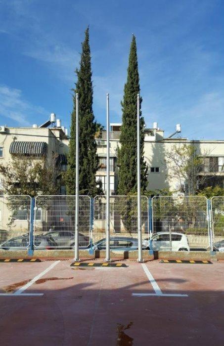 Instalación de un asta bandera de acero Connie de 20 pies de altura en The Policeman's House en Tel Aviv, a una distancia entre centros 110 s