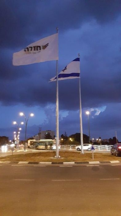 Installation of a 50-foot-high Connie steel mast in Shimon Peres Square in Hadera תורן