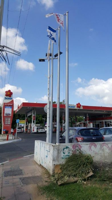 Installation of a 20-foot-high steel mast at the entrance to sonol gas station at Holon Junction תורן