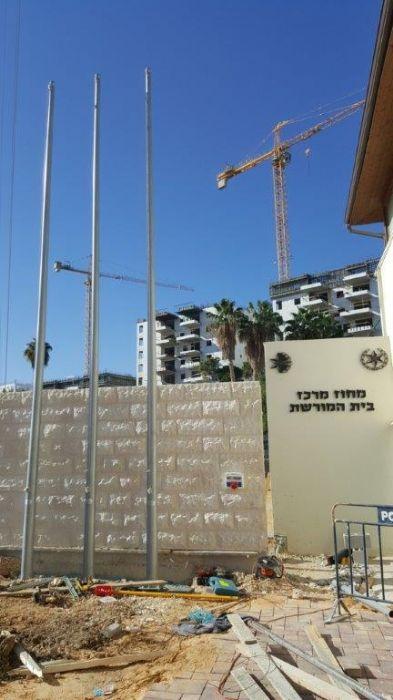 Instalación de un asta bandera de acero Connie de 8 metros de altura en un sitio patrimonial del Distrito Central de la Policía de Israel