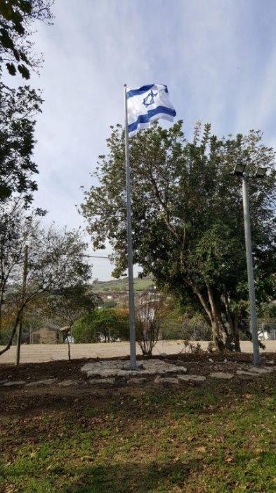 Instalación de un mástil de acero connie de 25 pies de altura en Moshav Bat Shlomo