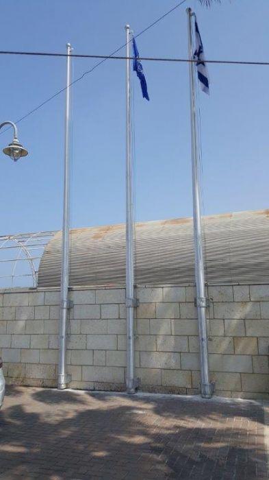 תורן 8m-high connie aluminum mast with connections to installation wall at Marina Ashkelon Police