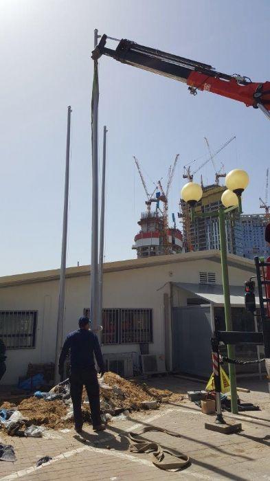 Instalación de un mástil de acero Connie de 25 pies de altura en la estación de policía en el tren Savidor