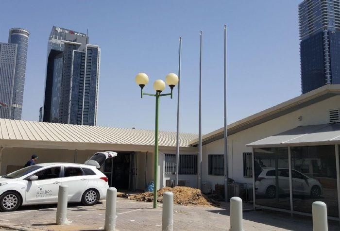 Instalación de un mástil de acero Connie de 30 pies de altura en la entrada sur de la Torre del Valle con una bandera nacional de 2,4 por 3,3 metros