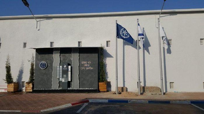Instalación de un asta de bandera de acero Connie de 15 pies de altura cerca de la pared de la Memoria de la Base de Policía de Israel Beit Dagan
