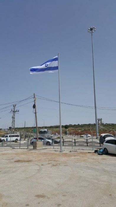 Installing תורן 40-foot-tall Coney steel mast at Apple Junction with an 8-by-4-foot flag