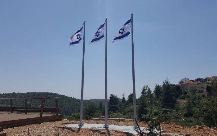 Installing a 20-foot-tall Connie steel mast in Tsur Hadassah תורן