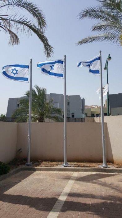 Installation of a 15-foot-high Connie steel flagpole on Ben Gurion Blvd. in Gedera תורן