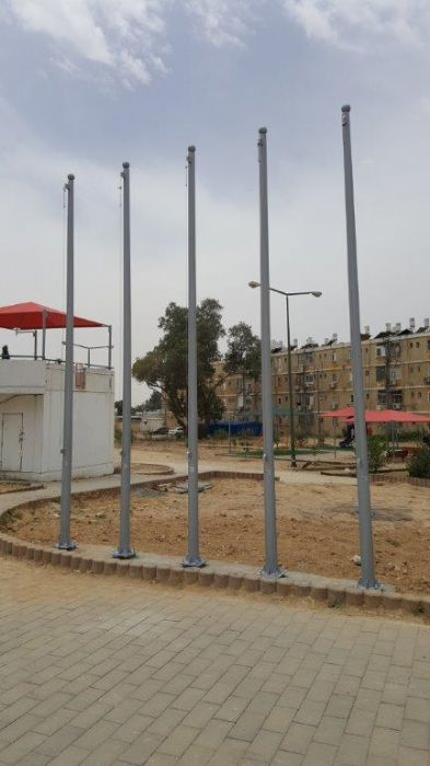 Installation of a 15-foot-high Kony steel flagpole at Ben Gurion Boulevard Sports Park in Beer Sheva distance between centers 100 sm תורן