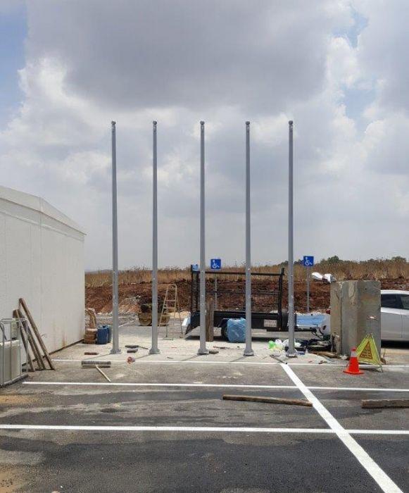 Instalación de un mástil de acero Connie de 15 pies de altura en un parque empresarial en Shoham Bio Centers Distance 1 metro