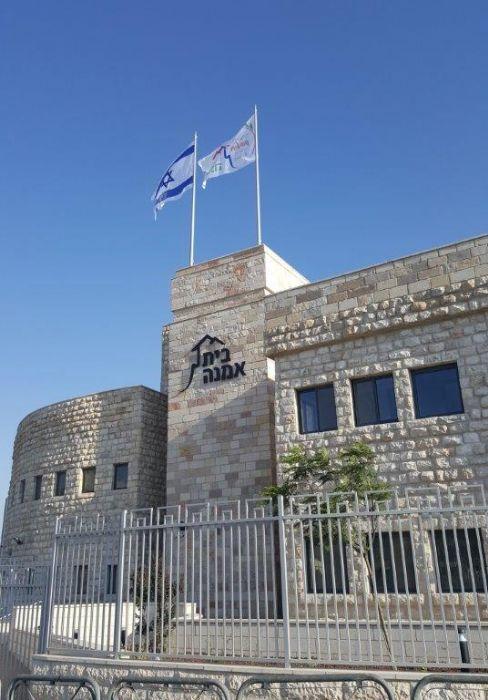 Instalación de un asta bandera de acero Connie de 8 metros de altura en el techo de una casa de tratados en el barrio de Sheikh Gracerh de Jerusalén con una bandera de 260 por 360 sem