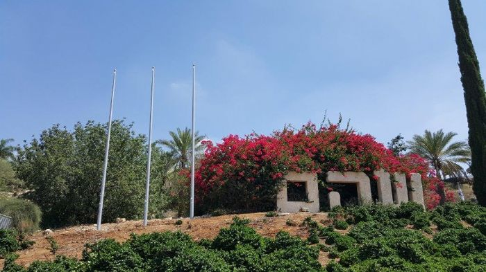 Installing an 8-metre-high Coney steel mast at the southern entrance to Söham תורן